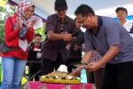 Wakil Walikota Jogja Imam Priyono memotong tumpeng dan melepas balon dalam Kenduri Jogoyudan sebagai tanda kesiapan warga Jogoyudan menuju kampung wisata 2017 mendatang di bantaran Kali Code, Minggu (13/3/2016). (Ujang Hasanudin/JIBI/Harian Jogja)