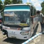 Pemuda asal Kecamatan Sidoharjo, Wonogiri, Sugiyanto, 27, mengamati Bus Gunung Mulia berpelat nomor AD 1488 FG yang terparkir di Markas Satlantas Polres Wonogiri, Selasa (15/3/2016). Bus itu sebelumnya terlibat kecalakaan lalu lintas (lakalantas) di dekat Alas Kethu, Wonogiri, yang menewaskan warga Kecamatan Wonogiri, Doni, 22. (Rudi Hartono/JIBI/Solopos)