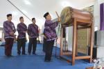 Wakil Bupati Kulonprogo, Sutedjo melakukan pemukulan bedug sebagai tanda pembukaan MTQ tingkat kabupaten di aula SMK Negeri 2 Pengasih pada Sabtu (5/3/2016). (Sekar Langit Nariswari /JIBI/Harian Jogja)