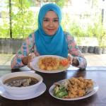 Karyawati menunjukkan aneka menu yang ditawarkan di Resto Balekambang, Manahan, Kamis (17/3/2016). (Shoqib Angriawan/JIBI/Solopos)