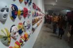 Pengunjung saat melihat pameran lukis 1.000 topeng di Sangkring Art Space, Sabtu (12/3/2016). (Yudho Priambodo/JIBI/Harian Jogja)