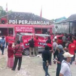 Massa dari PDIP Sragen menyegel Kantor DPC PDIP Sragen, Senin (21/3/2016). Mereka mendesak DPD PDIP Provinsi Jawa Tengah dan DPP segera turun tangan untuk mengatasi masalah internal yang dihadapai PDIP Sragen. (Moh. Khodiq Duhri/JIBI/Solopos)