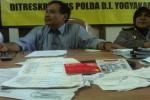 Direktur Reserse Kriminal Khusus Polda DIY Kombes Pol. Antonius Pujianito (kiri) menunjukkan sejumlah barang bukti penipuan jual beli online di Mapolda, Rabu (23/3/2016). (Sunartono/JIBI/Harian Jogja)
