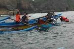 Perahu nelayan yang terbalik di laut Selatan Girisubo Gunungkidul. (Istimewa)