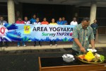 Manager PT PLN (Persero) Area Jogja Mochamad Soffin Hadi memotong tumpeng untuk merayakan selesainya survei pelanggan 900 VA berdasarkan data TNNPK di PT PLN (Persero) Area Jogja, Jumat (11/3/2016). (JIBI/Harian Jogja/dok. PLN)