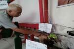 Ketua RW Klitren Lor, Kelitren, Gondokusuman menunjukan buah pisang langka yang tumbuh dari batang yang sudah dipotong dan membusuk selama 1,5 bulan. (Ujang Hasanudin/JIBI/Harian Jogja)
