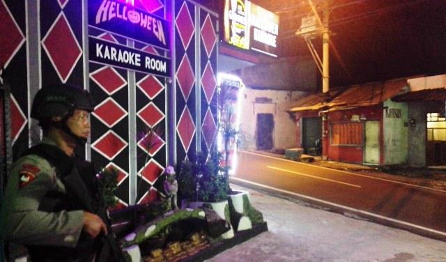 Petugas kepolisian dari Satsabhara Polda Jateng berjaga-jaga di depan rumah hiburan karaoke Hallowen, Bandungan, Kabupaten Semarang, Rabu (30/3/2016) malam. Penjagaan dilakukan dalam rangka razia narkoba di tempat hiburan itu. (Imam Yuda Saputra/JIBI/Semarangpos.com)