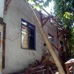 Sumaryono, anggota Satpol PP Sragen, membenahi sisa rangka atap di depan rumahnya di Kampung Kauman RT 026/RW 008, Kelurahan Sragen Kulon, Sragen, Selasa (15/3/2016). (Tri Rahayu/JIBI/Solopos)