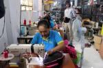 Rumah Warna 1&2: CEO dan Owner Rumah Warna Nanang Syaifurozi (kanan) ketika melihat pekerjaan para pegawainya di workshop Rumah Warna, Condongcatur, Depok, Sleman, Selasa (22/3/2016). (Kusnul Isti Qomah/JIBI/Harian Jogja)