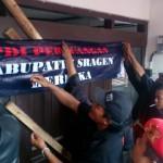 Sejumlah orang dari PAC PDIP Sragen menggeruduk dan menyegel kantor DPC Sragen, Senin (21/3/2016).  (Moh.Khodiq Duhri/JIBI/Solopos)