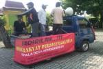 Sejumlah warga melakukan aksi demo di Halaman Balai Desa Sendangrejo, Minggir, Sleman, Kamis (10/3/2016). Mereka menuntut mundur Kades karena diduga melakukan tindak asusila. (Sunartono/JIBI/Harian Jogja)