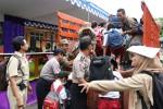 Sejumlah guru, relawan dan petugas mengevakuasi siswa-siswa SDN Glagaharjo, Cangkringan dalam simulasi penanggulangan bencana erupsi Merapi, Selasa (29/3/2016). (Abdul Hamied Razak/JIBI/Harian Jogja)