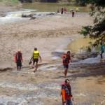 Tim SAR dan warga menyisir aliran sungai di Bendung Ngarum atau Kedungdowo, Desa Ngarum, Kecamatan Ngrampal, Sragen untuk mencari jenazah Hartini, 35, yang hanyut, Senin (28/3/2016). (Tri Rahayu/JIBI/Solopos)