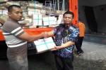 Kepala Disdikpora DIY, Kadarmanta Baskara Aji [kanan, batik] menerima paket soal secara simbolis, dari percetakan, di stadion Amongrogo, Kamis (31/3/2016).(Uli Febriarni/JIBI/Harian Jogja)