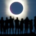 Ilustrasi menonton gerhana matahari (en.yibada.com)