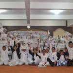 Para siswa SMA Islam Al Azhar 7 Solo Baru berfoto bersama saat acara Ayo Bersama Membaca Solopos di sekolah setempat, Jumat (4/3/2016). (Bony Eko Wicaksono/JIBI/Solopos)