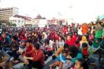 Ratusan warga berkumpul di Tugu Jogja untuk nonton bareng gerhana matahari total, Rabu (9/3/2016) pagi. (Gilang Jiwana/JIBI/Harian Jogja)