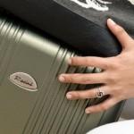 Ilustrasi wanita yang menyembunyikan seorang anak di dalam koper (Gogonesia.com)