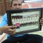 Sutomo, 48, warga Dukuh Miliran, RT 001/RW 003, Desa Mendak, Delanggu menunjukkan foto putranya, Bayu Oktavianto, 22, yang menjadi salah satu awak kapal yang disandera kelompok Abu Sayyaf. Foto diambil Selasa (29/3/2016). (Taufiq Sidik Prakoso/JIBI/Solopos)