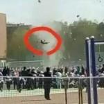 Seorang bocah melayang saat diterjang tornado. (Istimewa)