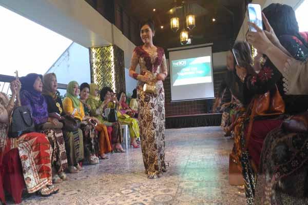 Salah satu anggota Lions Club Yogyakarta Manggala Mataram menampilkan kebaya rancangan Isyanto dalam peringatan Hari Kartini di The 1O1 Yogyakarta Tugu Hotel, Kamis (21/4/2016). (JIBI/Harian Jogja/Ist)