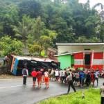 KECELAKAAN KARANGANYAR : Diduga Ban Selip, Minibus Langsung Jaya Tergelincir di Tikungan