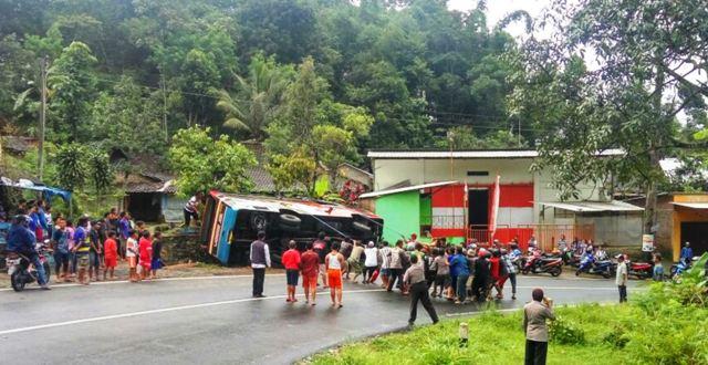 Sejumlah warga membantu membalikkan bus yang terguling ke parit saat melintas di tikungan di Jalan Raya Tawangmangu-Solo tepatnya di Desa Karangpandan, Kecamatan Karangpandan, Rabu (13/4/2016). (JIBI/Solopos/Istimewa/Sukarelawan Karangpandan)