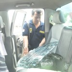 Penyidik kepolisian melakukan olah tempat kejadian perkara (TKP) kasus pencurian dengan memecah kaca mobil di Alun-alun Boyolali, Komplek Pemerintah Kabupaten (Pemkab) Boyolali di Kemiri, Mojosongo, Kamis (14/4/2016) siang. (Hijriyah Al Wakhidah/JIBI/Solopos)