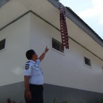 Petugas Rutan Boyolali menunjukkan sarung yang digunakan narapidana kabur. (Hijriyah Al Wakhidah/JIBI/Solopos)