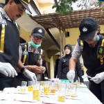 Tim Dokpol Polres Boyolali memeriksa urine anggota Polres Boyolali saat tes urine di Mapolres Boyolali, Rabu (13/4/2016). (Hijriyah Al Wakhidah/JIBI/Solopos)