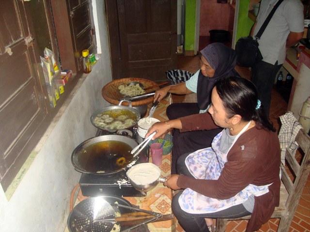 Nanik Sukoco, 38, bersama ibunya, Sukarsih, 56, menggoreng pare menjadi keripik herbal di kediamannya, Dukuh Ledok RT 007/RW 003, Desa Mojorejo, Karangmalang, Sragen, Jumat (22/4/2016). (Tri Rahayu/JIBI/Solopos)