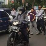 FOTO KONTROVERSIAL : Mobil Ditabrak, Petugas Dishub Keroyok dan Pukuli Warga