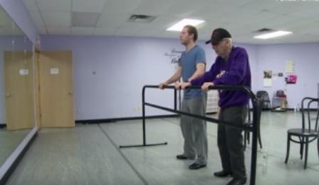 Arne Malaya berbaju ungu saat latihan menari (Youtube.com/USA Today)