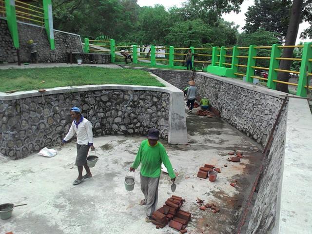 Sejumlah pekerja menyelesaikan perbaikan kandang gajah di objek wisata Waduk Gajah Mungkur Wonogiri, Jumat (22/4/2016). (Bayu Jatmiko Adi/JIBI/Solopos)