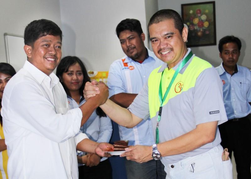 Lahyanto Nadie menyerahkan potongan kue kepada Dirut PT JSS Luddy Bedjo Legowo