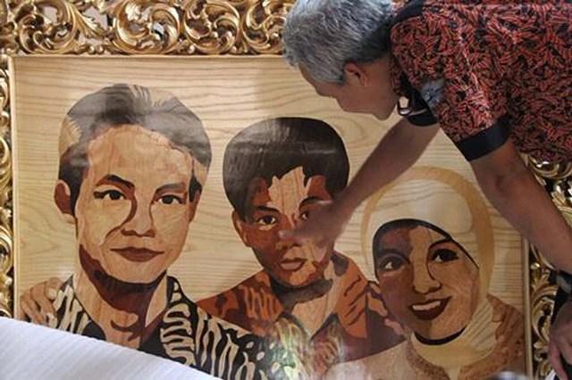 Ganjar Pranowo menyaksikan lukisan abstrak keluarganya (Facebook)
