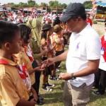 Bupati Karanganyar, Juliyatmono (dua dari kanan) memberi uang saku kepada para siswa berprestasi saat pembukaan acara peringatan Hardiknas tingkat Kecamatan Gondangrejo, Sabtu (30/4/2016), di Lapangan Desa Tuban. (Kurniawan/JIBI/Solopos)