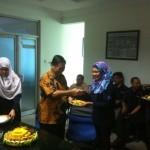 Komisaris PT. Radio Solo Audio Utama, Sumartono Hadinoto menyerahkan tumpeng ke kru Solopos FM dalam acara syukuran. (Jafar Sodiq/JIBI/Solopos.com)