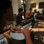 Mahasiswa jurusan Kriya praktik mengolah barang bekas saat mengikuti mata kuliah Eksperimen Kreatif di Kampus II Institut Seni Indonesia (ISI), Mojosongo, Solo, Senin (25/4/2016).(Ivanovich Aldino/JIBI/Solopos)