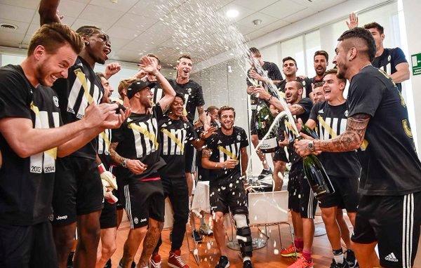 Para pemain Juventus merayakan scudetto Serie-A. (Twitter)