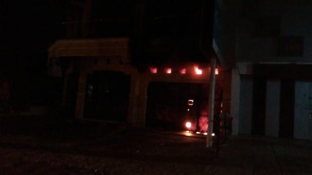 Api terlihat di dalam toko elektronik Jupiter Jl Duwet Raya Pabelan Sukoharjo, Minggu (24/4/2016). (Septina A/JIBI/Solopos.com)