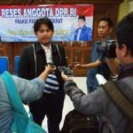 Anggota Komisi X DPR, Rinto Subekti (tengah) meladeni wawancara wartawan seusai reses, Minggu (10/4/2016) siang. (Kurniawan/JIBI/Solopos)