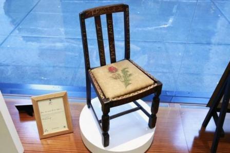 Kursi kayu JK Rowling dilelang (Reuters)