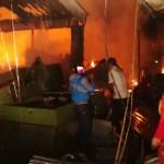 Sejumlah pedagang, warga, annggota BPBD Karanganyar, dan petugas pemadam kebakaran berusaha memadamkan api dan menyelamatkan barang milik pedagang di kios-kios. Si jago merah melalap ratusan kios di Pasar Karangpandan, Rabu (6/4/2016) sekitar pukul 01.30 WIB. (JIBI/Solopos/Istimewa/Camat Karangpandan)