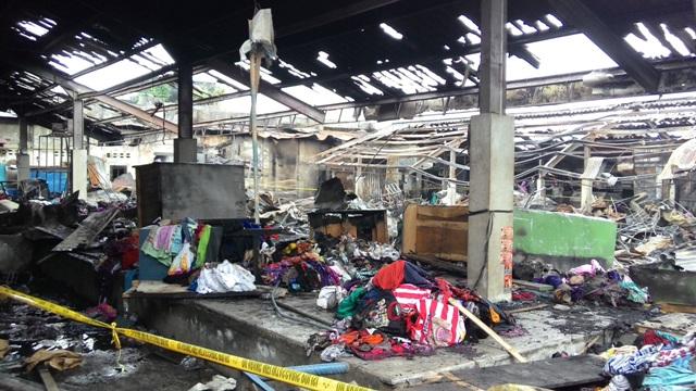 Sejumlah pedagang dan warga sekitar melihat puing los, kios, dan barang dagangan yang terbakar diduga karena hubungan pendek arus listrik pada Rabu (6/4/2016) sekitar pukul 01.30 WIB. (Sri Sumi Handayani/JIBI/Solopos)