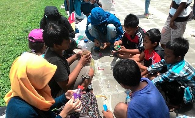 Belasan komunitas pencinta lingkungan di Kota Salatiga kembali menggelar Aksi Sosial Untuk (ASU) Lingkungan, Minggu (3/4/2016). Aksi itu berupa mengolah barang bekas. (Imam Yudha S/JIBI/Semarangpos.com)