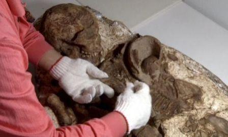 Penemuan fosil ibu peluk bayi (Reuters)