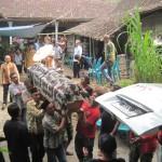 Peti jenazah Legiyem, 32, dimasukkan ke ambulans untuk dibawa ke rumah duka di Dukuh Margomulyo, Desa Tangkil, Kemalang, Selasa (26/4/2016). (Taufik Sidiq/JIBI/Solopos)