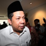 Politisi Partai Keadilan Sejahtera (PKS) Fahri Hamzah (kiri) bergegas meninggalkan ruangan seusai memberikan keterangan kepada wartawan terkait pemecatan dirinya dari keanggotaan PKS di Gedung DPR, Jakarta, Senin (4/4). Dalam pernyataannya Fahri mengaku dirinya tidak akan mundur dari PKS dan akan menempuh jalur hukum untuk menggugat pemecatan tersebut. (JIBI/Solopos/Antara/Rivan Awal Lingga)