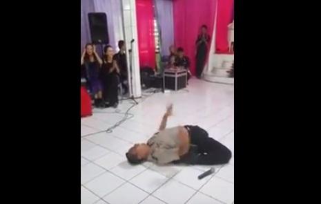 Polisi goyang gayeng di acara pernikahan. (Istimewa/Youtube)